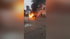 Samochód spłonął na środku drogi. Zobacz nagranie z akcji gaśniczej w Sztumie.
