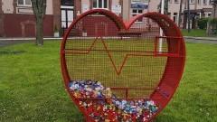 Przed nowodworskim szpitalem stanęło ogromne serce na nakrętki.