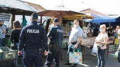 Miejskie targowisko pod czujnym okiem policjantów.