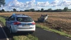 Pijany kierowca i bez prawka dachował w Laskach.