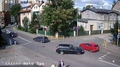 Kolizja dwóch osobówek na mini rondzie w Malborku.