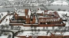 Zimowy Zamek w Malborku z lotu ptaka.