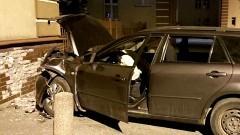 Elbląg. Niechlubne rekordy - pijany kierowca uderzył w budynek mieszkalny.