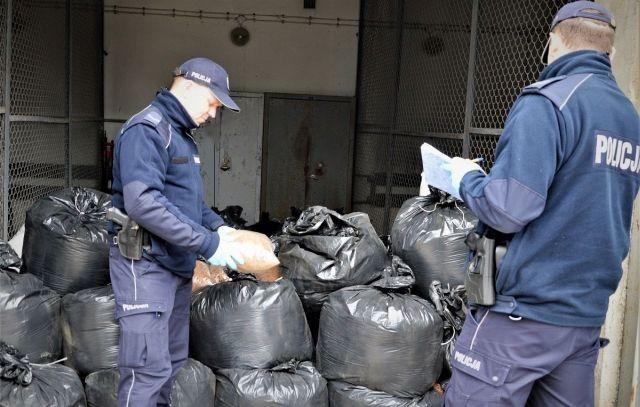Policjanci zabezpieczyli 1300 kg krajanki tytoniu bez akcyzy. 34-latek zatrzymany.