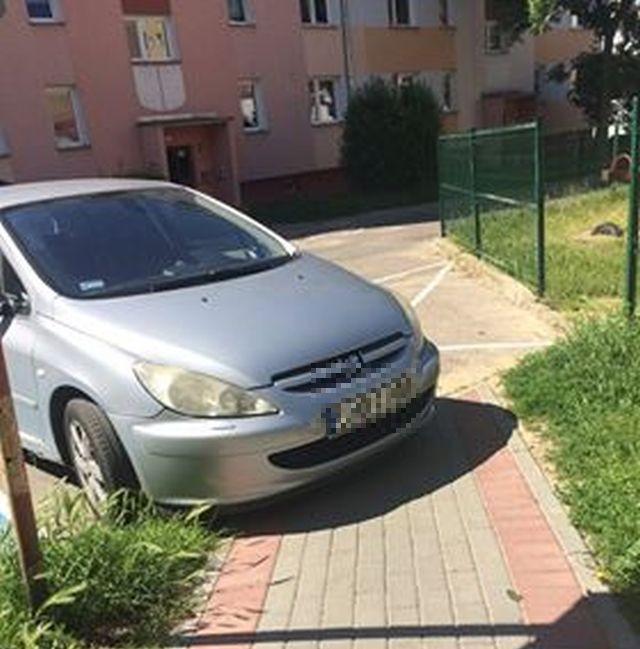 Mistrz (nie tylko parkowania) na ulicy Sienkiewicza w Malborku.