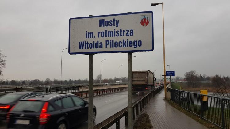 Po prawie dwóch latach stanęły tablice z nazwą malborskich mostów na rzece Nogat.