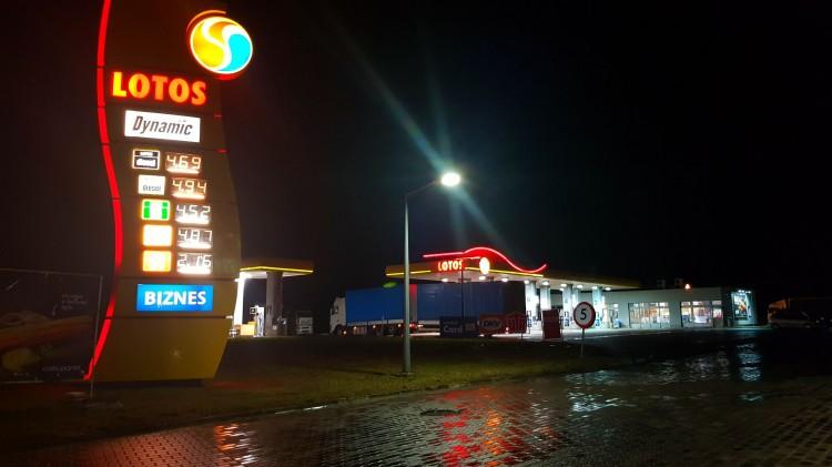 Malbork. Ze stacji paliw LOTOS karetka zabrała kierowcę do szpitala w Gdańsku.