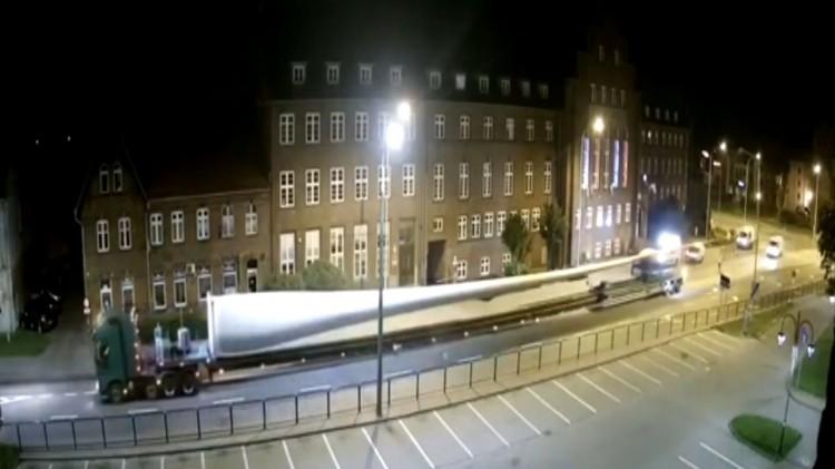 Widowiskowy transport turbin wiatrowych ulicami Malborka.