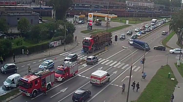 Pożar samochodu po wypadku trzech pojazdów na Alei Wojska Polskiego w Malborku. Zobacz moment zderzenia.