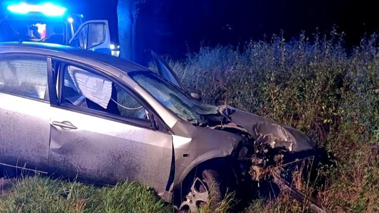 Dwie osoby ranne po uderzeniu osobówki w drzewo – raport sztumskich służb mundurowych.